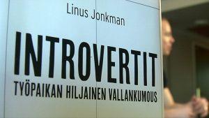 Introvertit-kirjan kansi