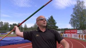 Valmentaja Petteri Piironen heittää keihästä