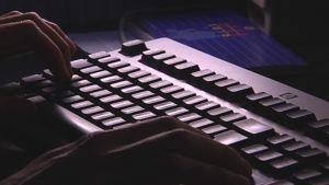 En person använder en dators tangentbord.