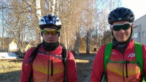 Anton Damlin och Niklas Sundström står på sina cyklar.