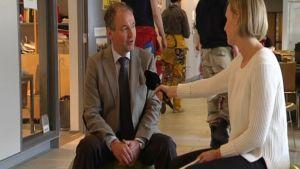 Mats Gyllenberg och reporter Anna Ekström på studsbollar
