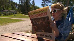 Susanna lukee Ilta-Sanomia, jonka kanessa on Gorbatsovin pariskunta.