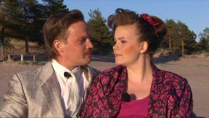Tero ja Tiia Yyterin rannalla aurongonlaskun aikaan, juuri ennen suudelmaa.