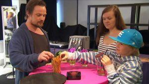 Tero, Veikka, Tiia ja Rene maistelevat coctailejaan.