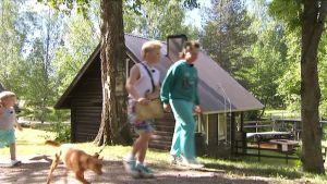 Eetu, Rene, Ciri ja Veikka seuraavat aarrekartan ohjeita Lempivaaran leirintäalueella.