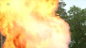Rähjähdyksestä syntynyt tulipatsas. Tätä lomalaiset säikähtivät.