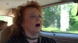 Mona laulaa vahvasti meikattuna, Trans Am on matkalla kohti Poria.
