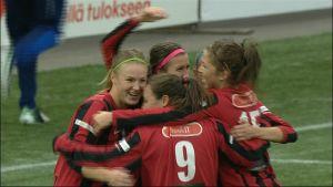 PK-35 firar Eveliina Parikkas 2-0 mål i cupfinalen 2013.
