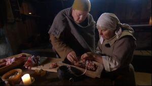 Michael och Birgit stoppar korv