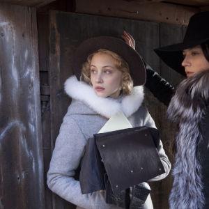 Sarah Gadon och Malin Buska poserar som Ebba Saprre och drottning Kristina i The Girl King