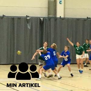 Två handbollslag kämpar om bollen.