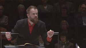 Kapellimestari Tomas Djupsjöbacka Radion sinfoniaorkesterin konsertissa 19.10.2016.