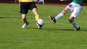 Två spelare kämpar om bollen.