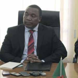 Verkställande direktör Ndambo Ndambo och Finlands ambassadör i Lusaka Zambia ingår avtal om biståndssamarbete.