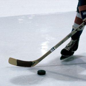 Pelaaja lyömässä kiekkoa.