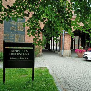 En polisbil utanför rättshuset i Tammerfors.