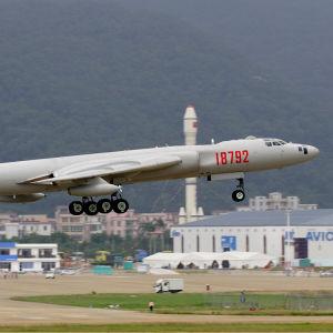 Kinesiskt H-6K bombplan.