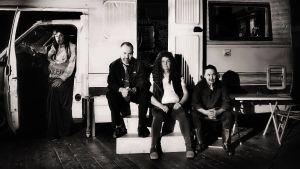 Neljä ihmistä, kaksi miestä ja kaksi naista asuntoauton edessä. On yö. Kuvassa ovat näyttelijät Kai Tanner, Miko Kivinen, Niina Hosiasluoma ja Angelika Meusel.