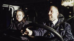 Sisarukset Teppo ja Kari asuntoauton ohjaamossa. Kuvassa näyttelijät Angelika Meusel ja Miko Kivinen.