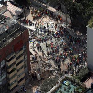 Människor på gatan efter jordbävning i Mexiko