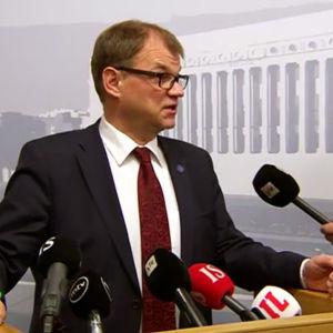 Statsminister Juha Sipilä håller en presskonferens.