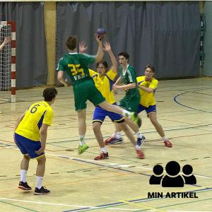 Unga män spelar handboll i en hall i Hangö. Sjundeå IF möter HC HIK från Hangö.