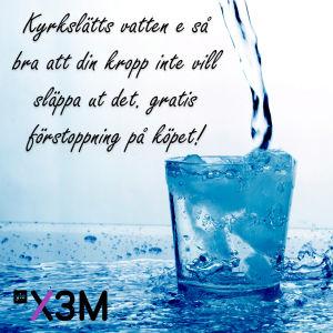 """En bild på vatten med texten: """"Kyrkslätts vatten e så bra att din kropp inte vill släppa ut det. Gratis förstoppning på köpet!"""""""