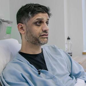 Sameer Sodawala istuu sairalaasängyllä.