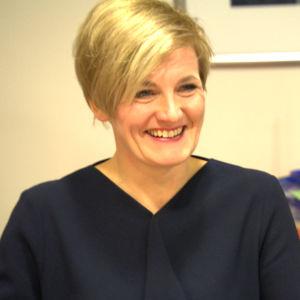 leende blond kvinna