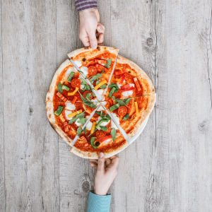 Ravitsemusasiantuntija Patrik Borg vastaa Vaakakapinassa kysymyksiin ateriarytmistä. Kuvassa pizza.