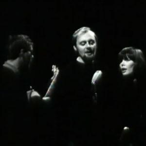 Lauluyhtye Muksut esiintyy.