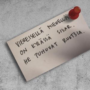 """Muistilappu, jossa lukee """"Viereisellä miehellä on kylässä sisar. He puhuvat ruotsia.""""."""