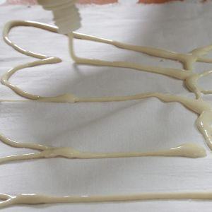 Mjölbatikdetalj spritsas på textil.