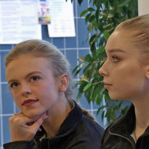 Konståkarna Emmi Peltonen och Viveca Lindfors på ett presstillfälle.