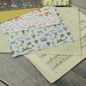 Papper på ett bord
