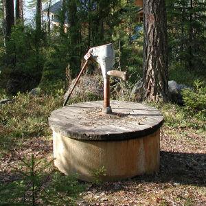 Vanha pumppukaivo Asikkalassa.