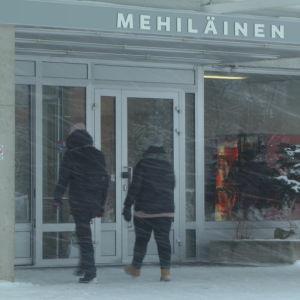 Bildmontage av ingången till Kemi centralsjukhus