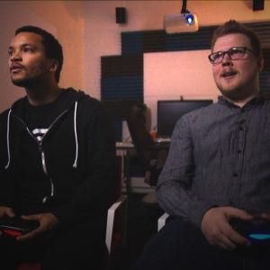 Joonatan Pitkänen ja Housemarquen markkinointipäällikkö Mikael Haveri pelaavat Resogun-peliä.