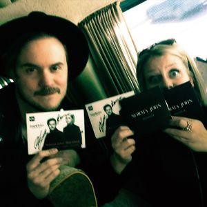 Norma Johnin Lasse ja Leena poseeraavat Blackbird-singlet käsissään.