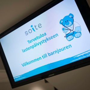 Infotavla välkomnar till barnjouren på centralsjukhuset i Karleby.