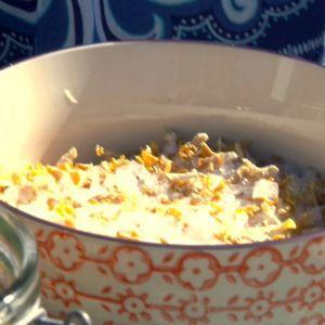 Alexandra blandar citronskal med havssalt till kroppsskrubb