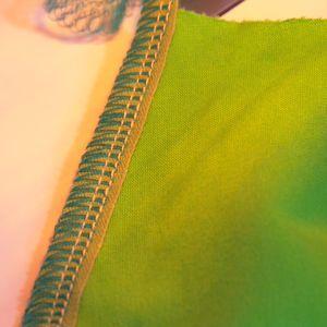 Axelsömmen med bomullsbandet emellan sys fast