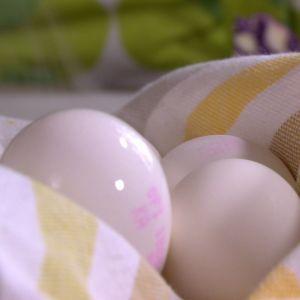 Äggen som ska färgas har kokat i ca 10 minuter