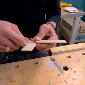 Träplattorna fästs med gummiband