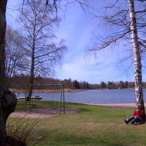 Alexandra njuter av sav på Strömsö.
