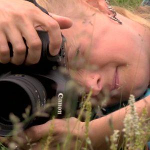 Alexandra fotograferar växter i Jokkmokk