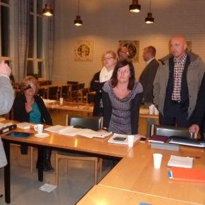 Kommundirektör Jarl Boström i Ingå diskuterar med politikerna hur man ska gå vidare efter att budgetförslaget för 2015 remitterades den 13.11.14.