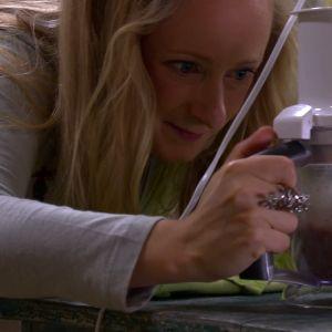 Alexandra mixar ihop ett nötsmör.