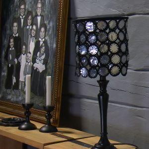 Lees lampskärm av återanvända värmeljuskoppar.