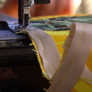 Sy fast bomullsbandet enligt anvisningarna